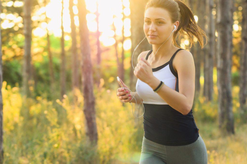 走っている女性の画像