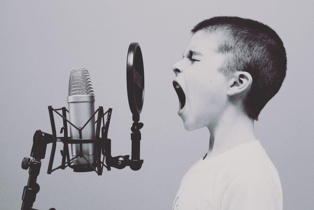 歌っている人