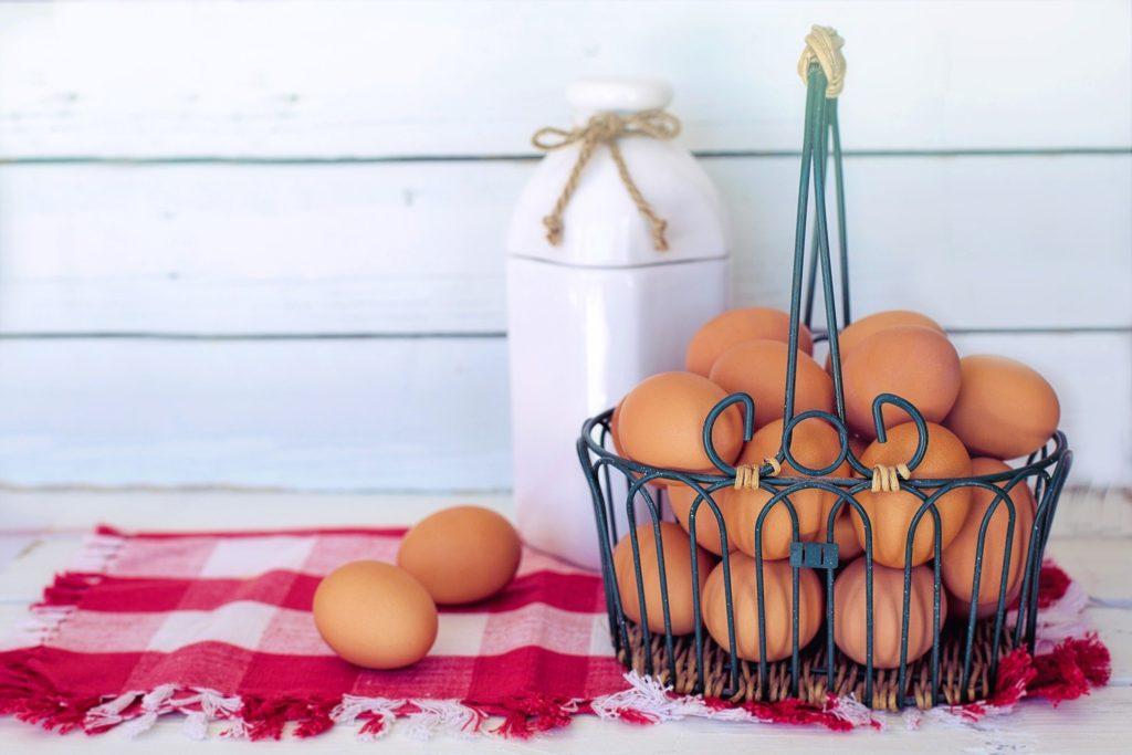 複数の卵が一つのカゴの盛られている