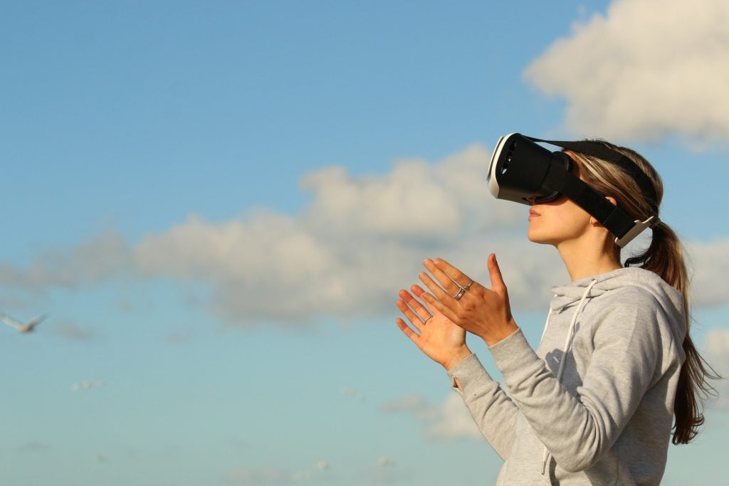 VRというゲームをしている女性