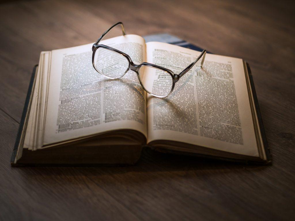 ページが開かれている本