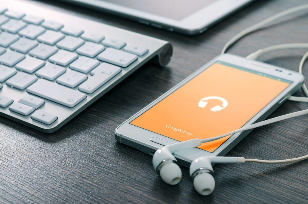 音楽を聴くためのイヤホンとスマートフォン