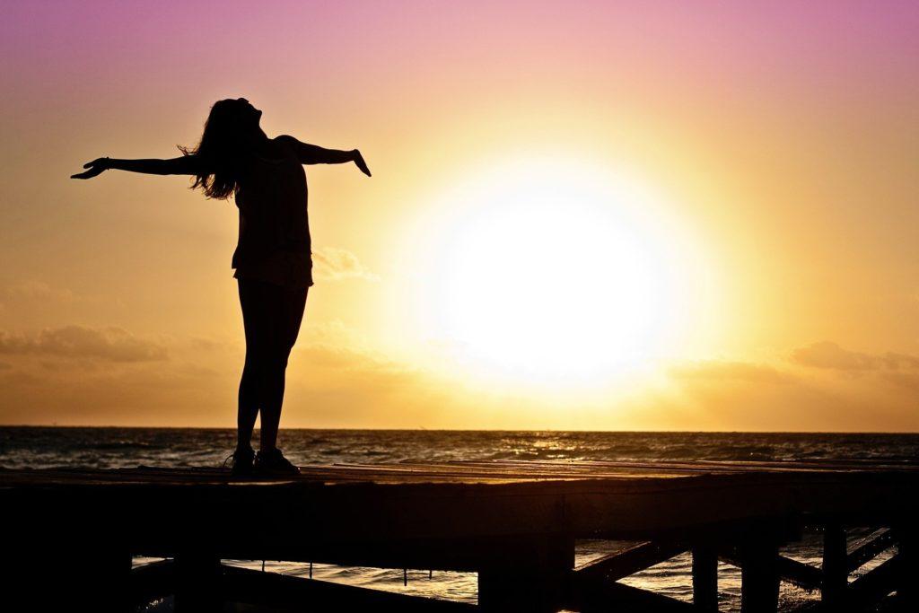 太陽を浴びている女性