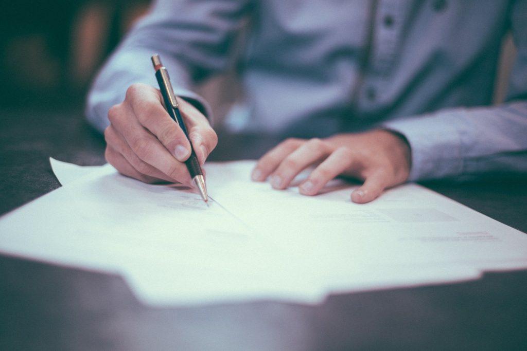 手紙を書いている男性