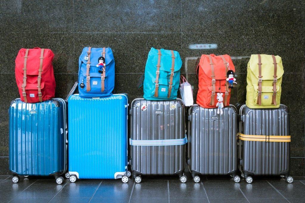 スーツケースが並んでいる画像